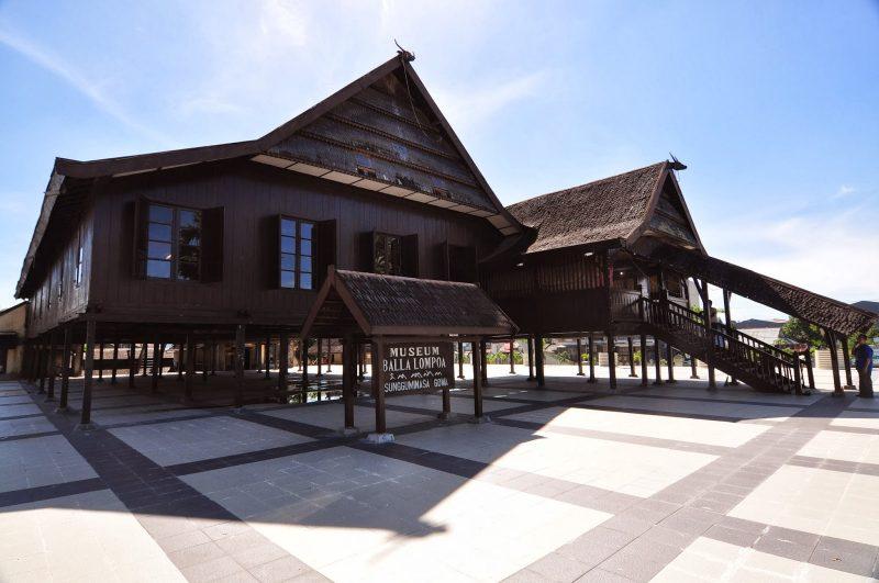 rumah adat suku makassar