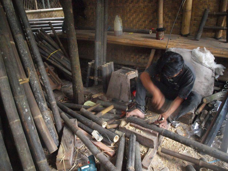 proses pembuatan alat musik angklung, diperlukan keahlian