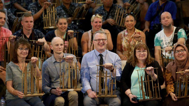 alat musik angklung dimainkan di luar negeri