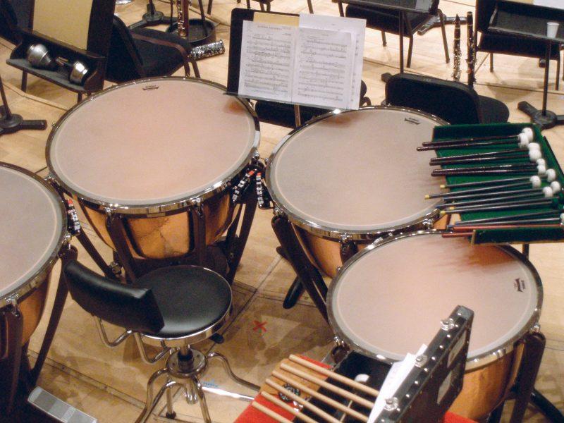 Timpani, salah satu alat musik pukul tidak bernada