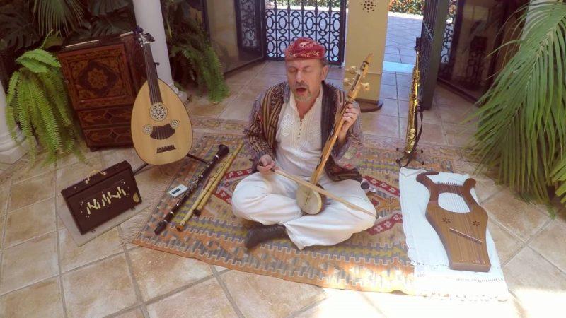 orang yang sedang memainkan rebab