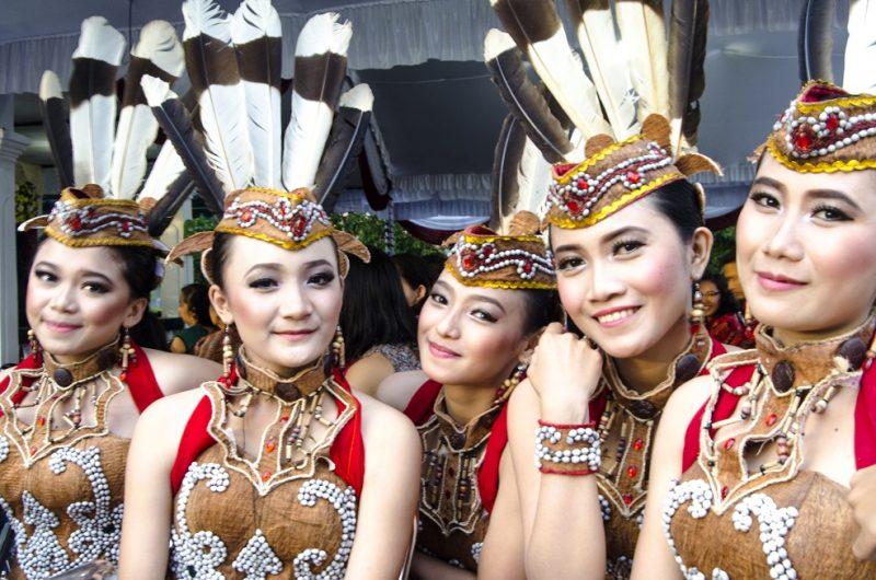 8 Jenis Pakaian Adat Kalimantan Barat (Penjelasan dan ...