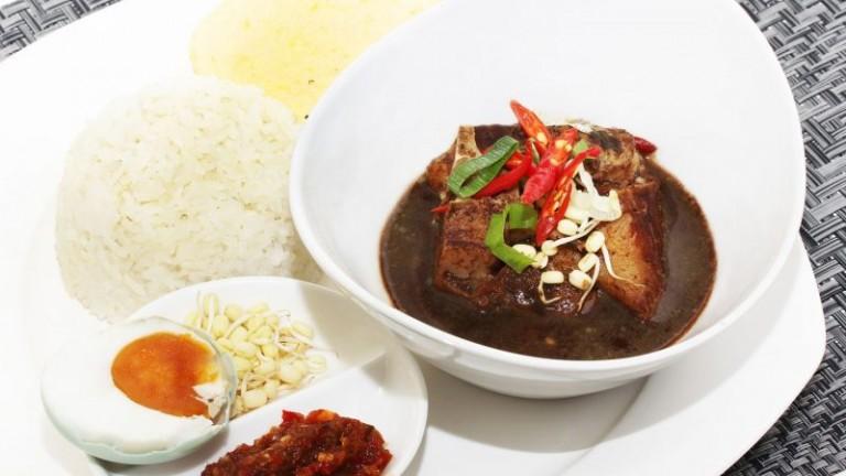 salah satu makanan khas surabaya dalah rawon yang terkenal enaknya