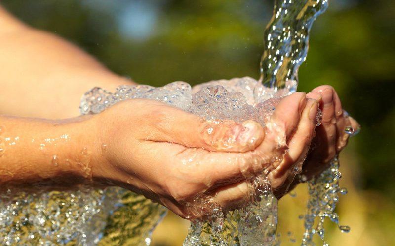 mengambil air wudhu