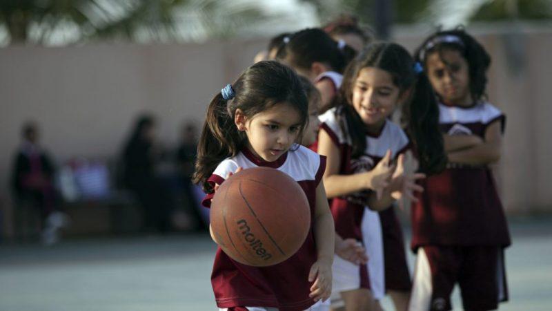 menggiring bola basket